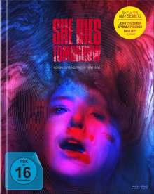 She Dies Tomorrow (Blu-ray & DVD im Mediabook), 1 Blu-ray Disc und 1 DVD